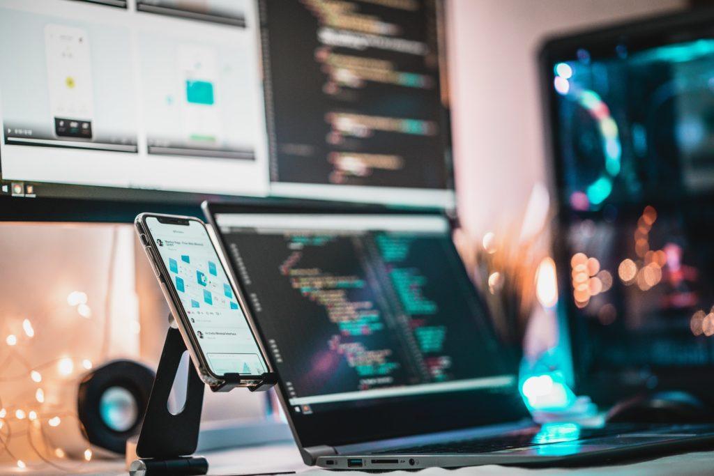 Computerschermen met code en een toestel